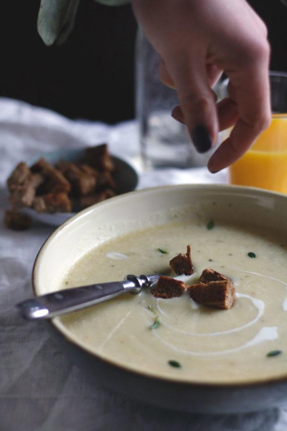 Rezept Pastinakensuppe kochen. Suppe aus Pastinaken mit Kartoffeln.