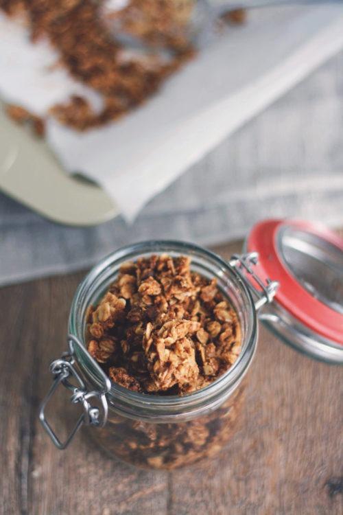 Selbst gemachtes Schokoknuspermüsli mit Erdnussbutter. Erdnussbuttergranola mit Schokostückchen. Selbst gemachtes Müsli.