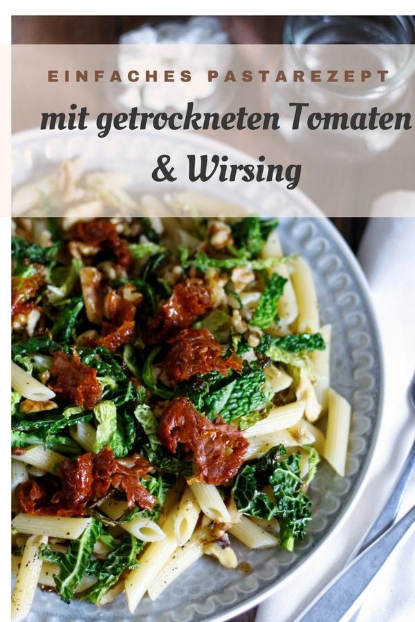 Rezept für Penne mit Schafskäse, getrockneten Tomaten und Wirsing. Einfaches Wirsingrezept.