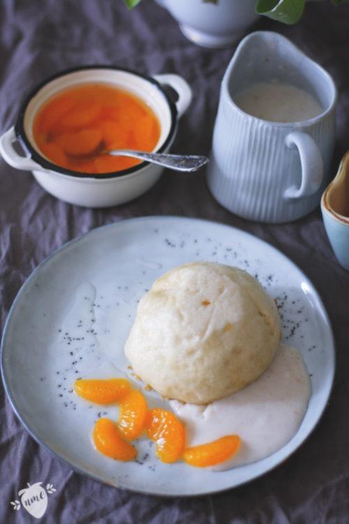 Salzige Dampfnudeln selber machen. Omas Dampfnudeln mit Salzkruste und süßen Früchten. Pfälzische Dampfnudeln Rezept jetzt nachmachen.