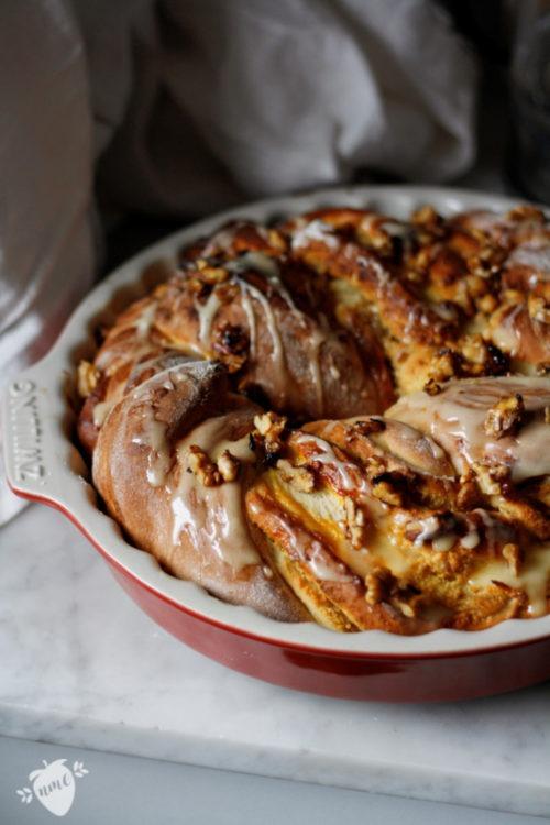 Rezept saftiger Hefezopf mit Marmeladenfüllung und Mandeln.