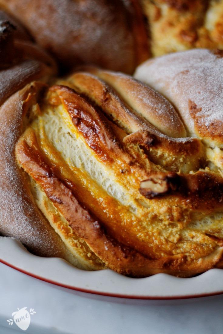 Rezept knuspriger saftiger Hefezopf mit Marmeladenfüllung und Mandeln.