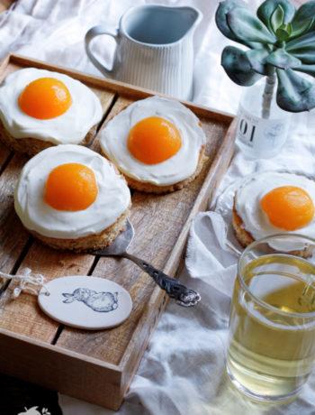 Rezept für einen Spiegeleikuchen mit Schmand, Quark und Aprikosen. Einfacher Blechkuchen mit Haselnüssen für die ganze Familie. Ostern backen.