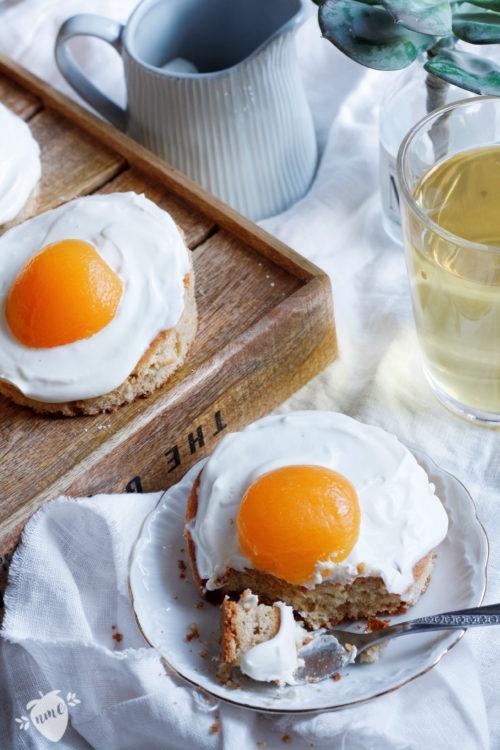 Rezept für einen Spiegeleikuchen mit Schmand, Quark und Aprikosen. Einfacher Blechkuchen mit Haselnüssen für die ganze Familie. Backen zu Ostern.