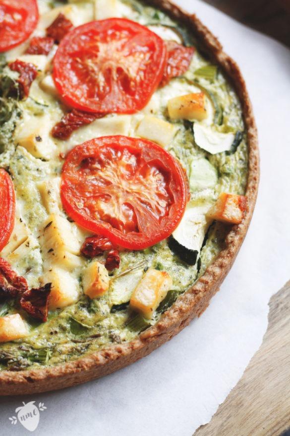 Rezept für eine vegetarische Gemüsetarte mit Dinkelmehl - Quark-Teig. Tarte mit Gemüse: Gefüllt mit Erbsen, grünem Spargel, Zucchini, Basilikum, Halloumi und Tomaten. Einfaches Rezept für eine Gemüsetarte. Rezept jetzt anschauen und ausprobieren!