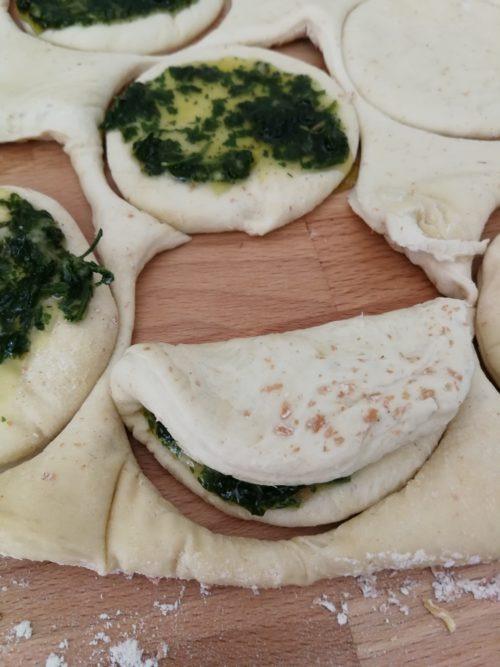 Veganes Zupfbrot mit Knoblauch, Kräutern und Olivenöl backen