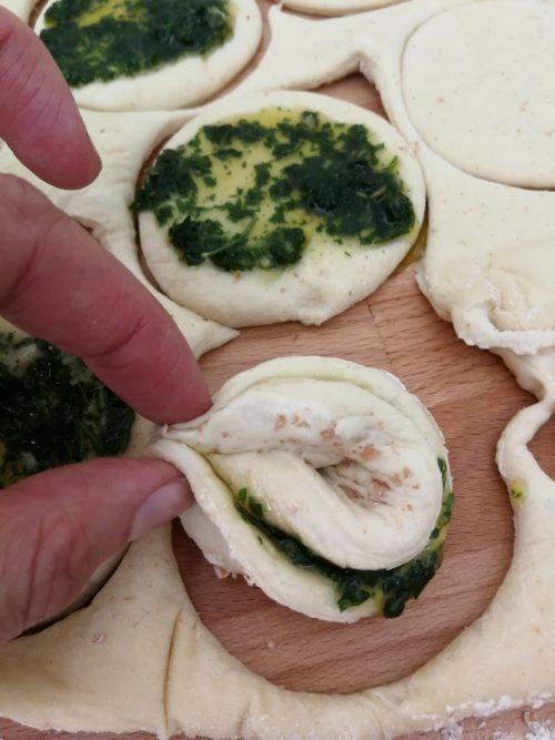 Zupfbrot falten. Veganes Zupfbrot mit Knoblauch, Kräutern und Olivenöl backen