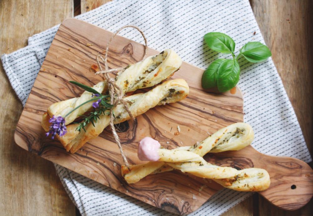 Rezept herzhafte Blätterteigstangen selber machen mit Käse und Knoblauch.