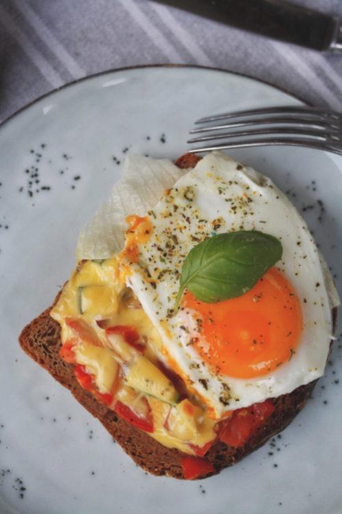 Brot Resteverwertung Rezept Brot mit Gemüse und Ei. Mit Käse überbackenes Brot Rezept. Schnelles Abendessen. Strammer Max vegetarisch.