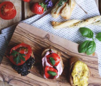 Rezept herzhafte Blätterteigstangen selber machen mit Käse und Knoblauch und selbst gemachte Dips dazu. Dattel-Curry-Dip, Olivendip und Erdbeerdip