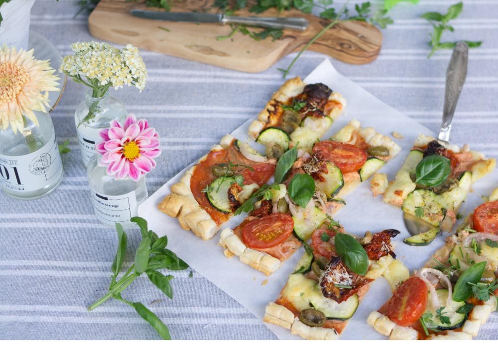 Blätterteigpizza mit Gemüse Vegetarisches Blätterteigrezept. Herzhaftes Blätterteig Rezept vegetarisch. Jetzt nachbacken.