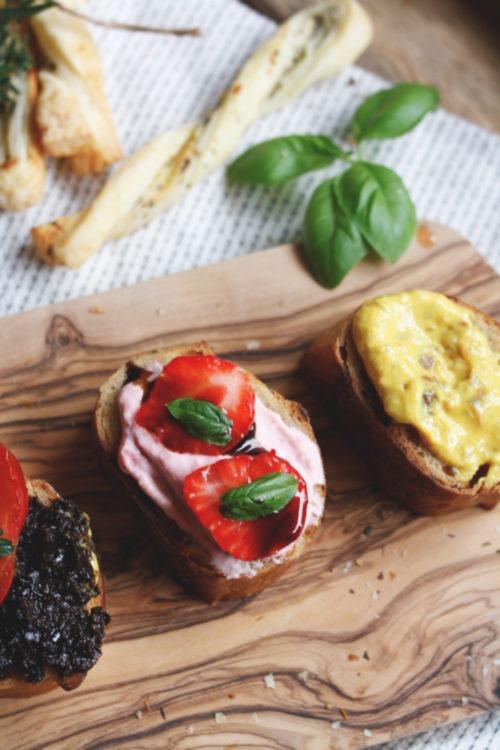 Selbst gemachte Dips Olivendip mit schwarzen Oliven, Curry-Dattel-Dip und Erdbeerdip dazu gibt es selbst gemachte Blätterteigstangen.