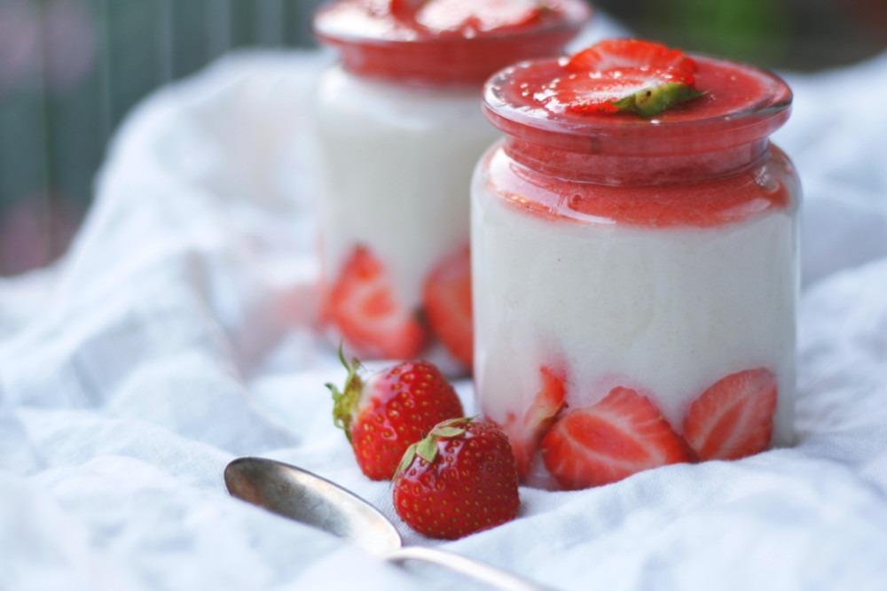 Einfaches Grießbreirezept ohne Ei. Veganer Grießbrei mit Erdbeeren. Grießbrei Rezept einfach. Süßes Rezept für Kinder.