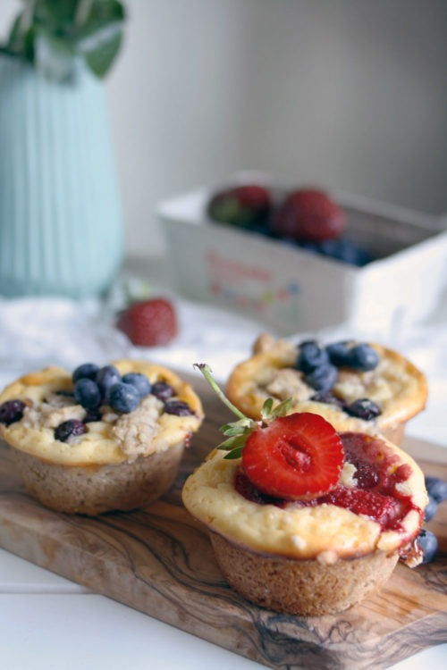 Rezept käsekuchen muffins mit streusel. Käsekuchen Muffins Blaubeeren, Erdbeeren oder anderen Früchten. EInfache Muffins mit Streusel und Käsekuchenfüllung.