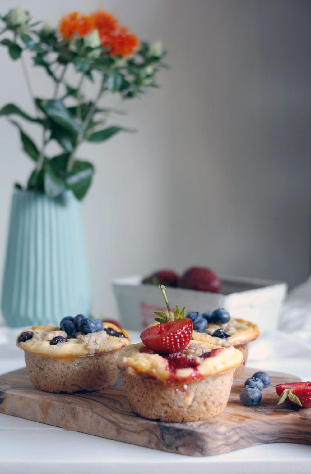 Käsekuchen Muffins mit Streusel und Blaubeeren & Co.