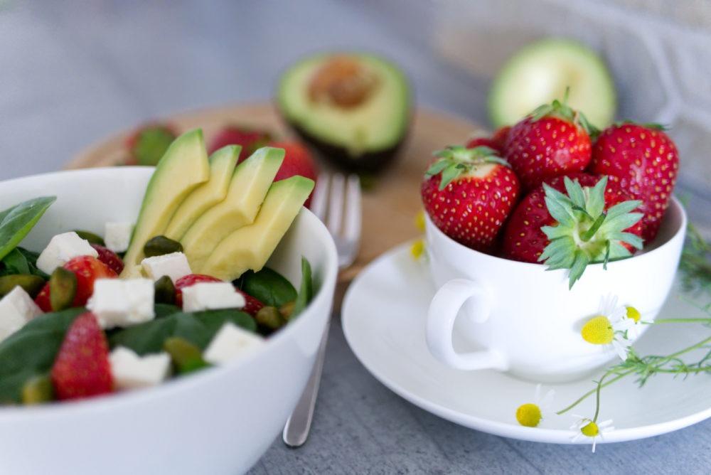 Erdbeer-Avocado-Salat mit grünen Pistazien und Babyspinat