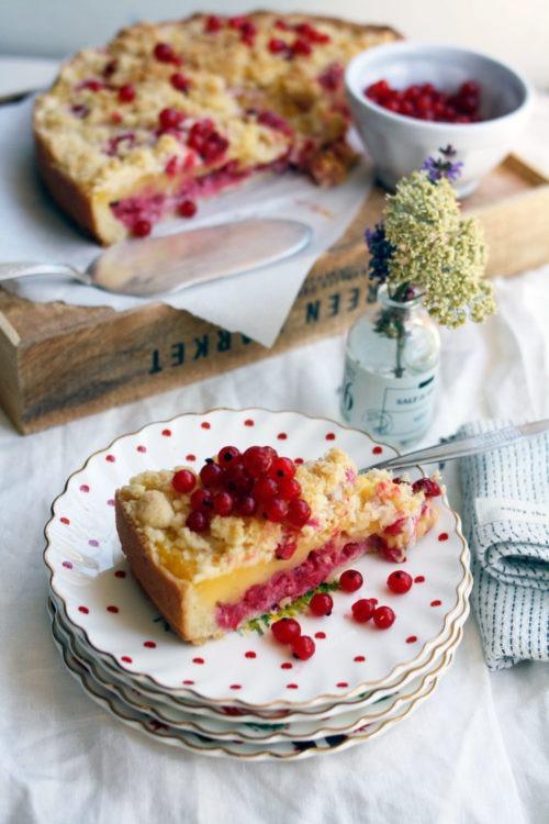 Rezept einfacher Puddingkuchen mit Streusel und Mürbteig. Puddingkuchen Rezept mit Johannisbeeren. Kuchen backen für Kinder. Puddingkuchen selber backen ganz einfach.