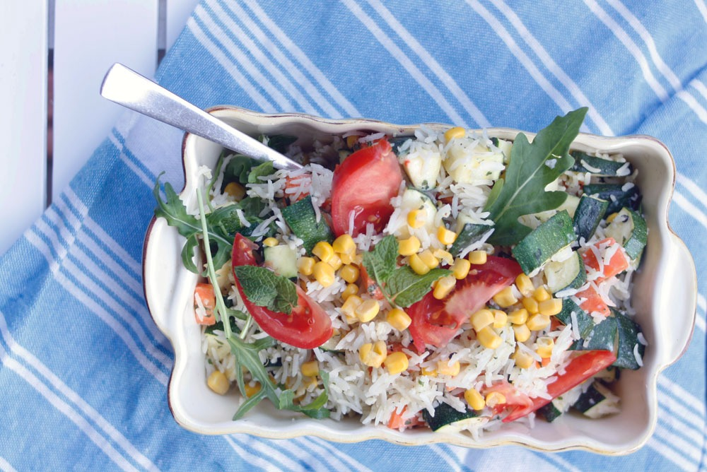 Rezept Vegetarischer Reissalat mit Gemüse für die Grillparty. Reissalat als Grillbeilage oder einfacher frischer Sommersalat. Reissalt mit Gemüse und Minzdip.