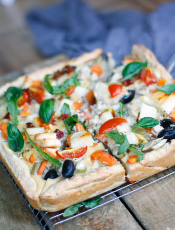 Rezept bunte Gemüsetarte mit Quark-Öl-Teig. Einfache Gemüsetarte mit Tomaten, Oliven und Co