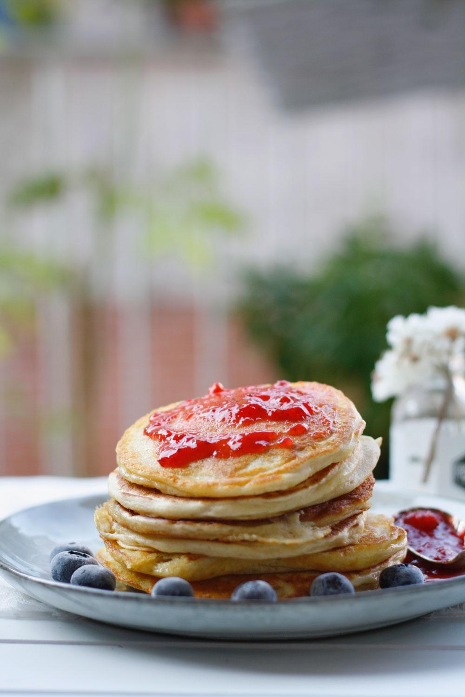 Rezept Buttermilch Pancakes mit Dinkelmehl. Einfache Pancakes mit Dinkelmehl jetzt nachbacken.
