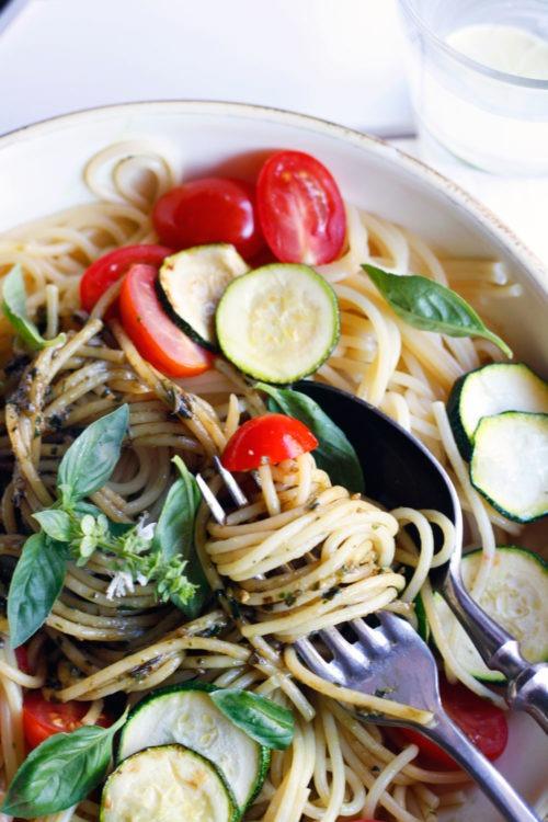 Schnelles Spaghetti Rezept ohne Fleisch Spaghetti mit Gemüse und Basilkumpesto Einfaches gesundes Spaghetti Rezept