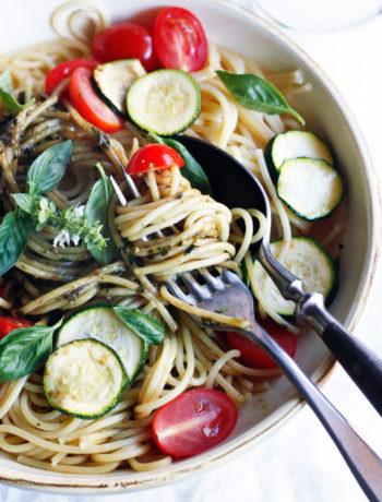 Schnelles Spaghetti Rezept ohne Fleisch Spaghetti mit Gemüse und Basilkumpesto Einfaches gesundes Spaghetti Rezept Spaghetti mit Gemüse und Pesto