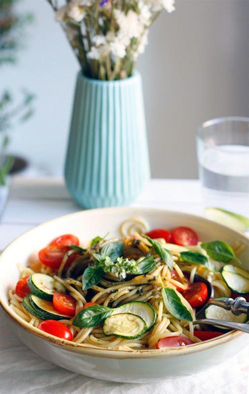 Schnelles Spaghetti Rezept ohne Fleisch Spaghetti mit Gemüse und Pesto- Einfaches gesundes Spaghetti Rezept
