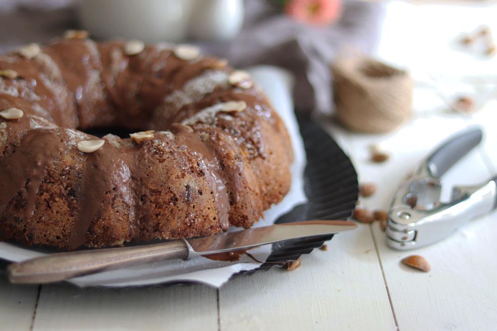 Saftiger Schokoladen Nusskuchen mit Haselnüssen und Walnüssen.
