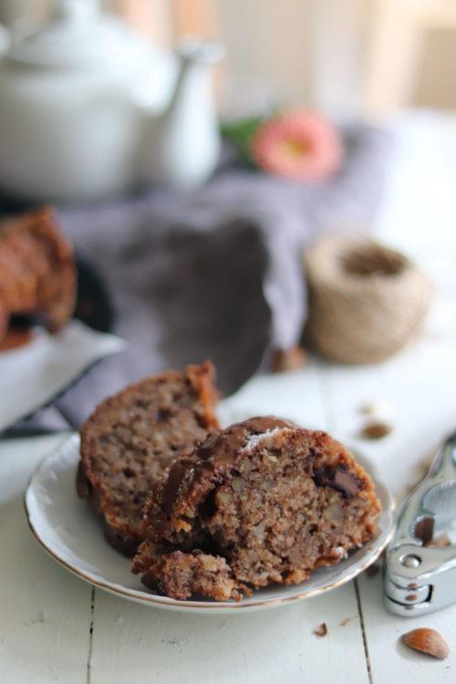 Kuchenstück saftiger Schokoladen Nusskuchen mit Haselnüssen und Walnüssen.