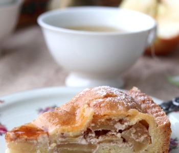 Rezept gedeckter Apfelkuchen mit Mürbteig. Einfacher Apfelkuchen mit Mürbteig.