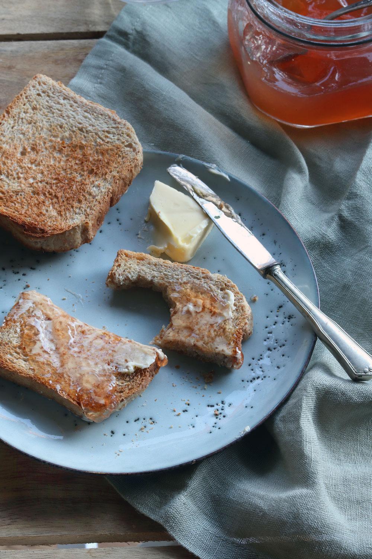 Rezept Quitten einkochen. Rezept für selbst gemachtes Quittengelee. Selbst gemachter Brotaufstrich zum Verschenken.