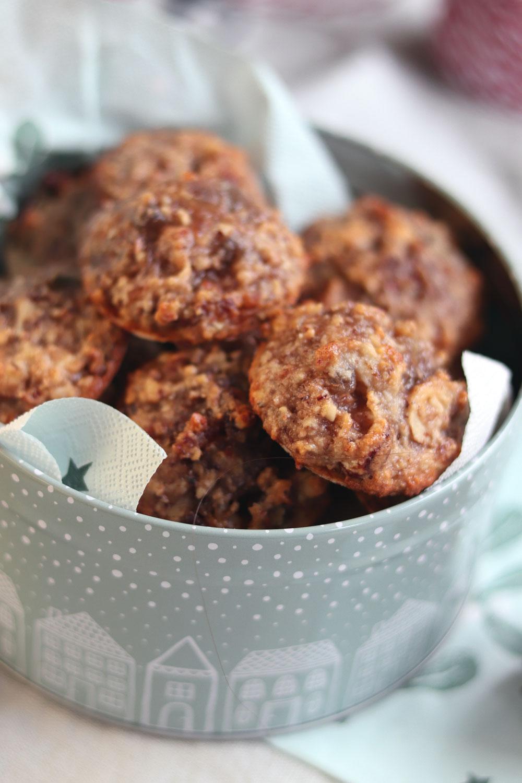 Rezept mit Datteln. Dattelmakronen Plätzchen für Weihnachten. Plätzchen mit Eiweiß. Saftige Plätzchen.