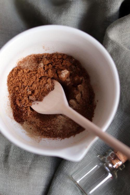 Kaffeegewürz selbst gemacht. Anleitung Kaffeegewürz mit Zimt selber machen. Weihnachtliche Gewürzmischung zusammenrühren.