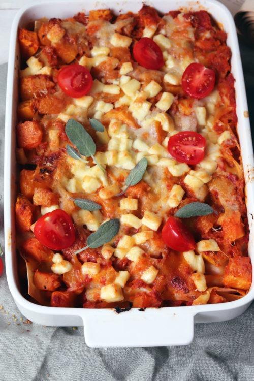 Vegetarische Kürbislasagne. Rezept Kürbislasagne. Kürbisrezept für Mittagessen oder Abendessen. Jetzt ausprobieren!