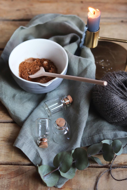 Kaffeegewürz selbst gemacht. Anleitung Kaffeegewürz mit Zimt selber machen. Weihnachtliche Gewürzmischung mit Zimt Kardamom und Co.