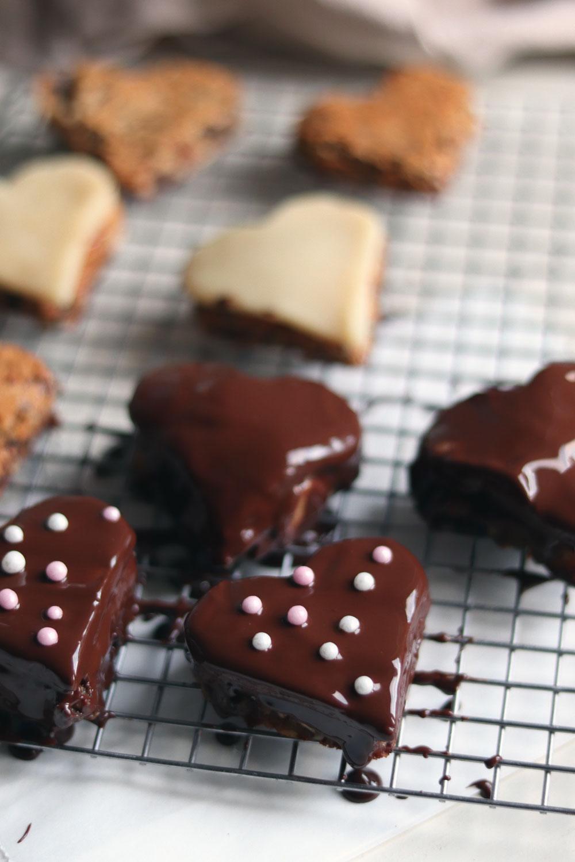 Werbung Geschenke aus der Küche. Gefüllte Lebkuchen mit Marmelade und Marzipan. Lebkuchenherzen selber machen. Rezept für Lebkuchen für Weihnachten. Schokoladenlebkuchen und Zuckerperlen selber machen. Weihnachtsplätzchen