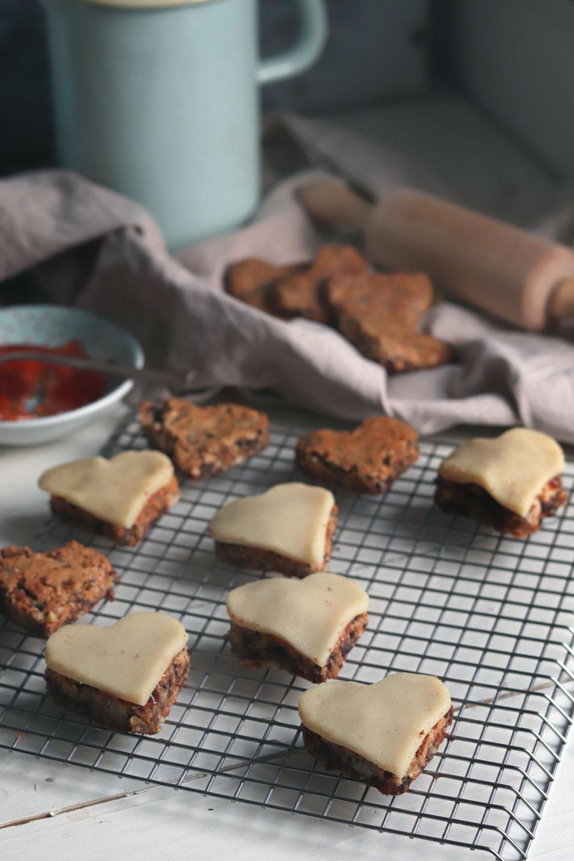 Werbung Gefüllte Lebkuchen mit Marmelade und Marzipan. Lebkuchenherzen selber machen. Rezept für Lebkuchen für Weihnachten. Lebkuchen mit Schokolade