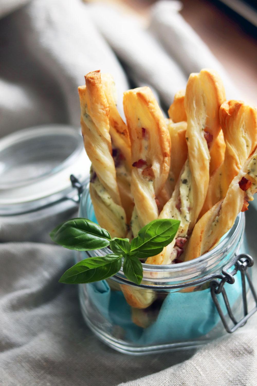 Rezept herzhafte Blätterteigstanden selber machen. Blätterteigstangen nach Flammkuchen Art ideal als leckeres Fingerfood für Partys, zum Brunch oder als Snack Blätterteigstangen mit Käse, Zwiebeln und Speck. Rezept jetzt ausprobieren.