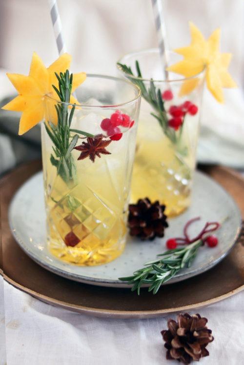 Cocktail für Weihnachten mit Korn: Fruchtiger Cocktail mit Zimt, Birne und Apfel. Cocktail mit Korn