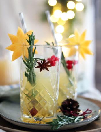 Weihnachtscocktail selber machen. Fruchtiger Cocktail mit Zimt, Birne und Apfel. Cocktail mit Korn