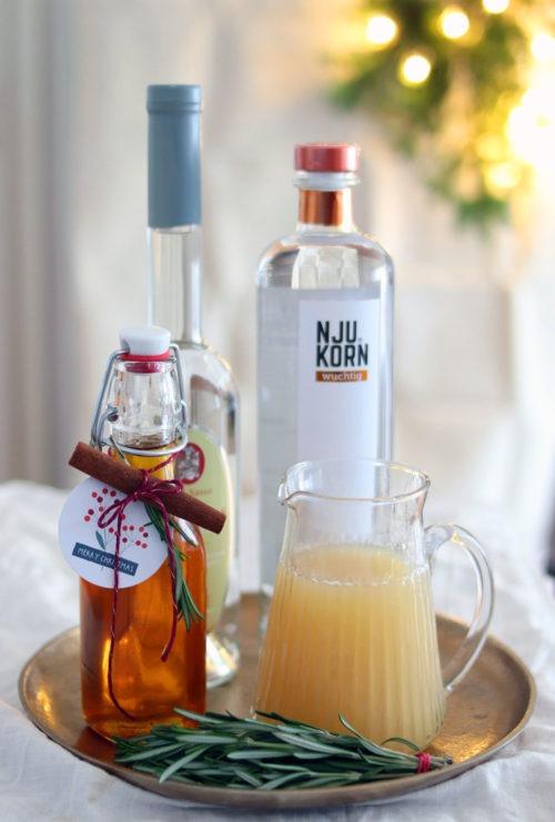 Rezept Weihnachtsdrink: Weihnachtscocktail mit Zimt, Apfel und Birne. #korn #cocktail #weihnachtscocktail #drink Werbung mit Feinbrennerei Sasse Cocktail mit Birne