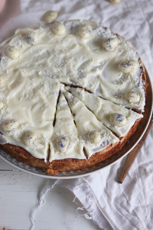 Saftiger Osterkuchen. Rezept Rüblikuchen Karottenkuchen Möhrenkuchen mit Mandeln und Dinkelmehl. Rezept ausprobieren. Saftiger Osterkuchen mit Möhren.