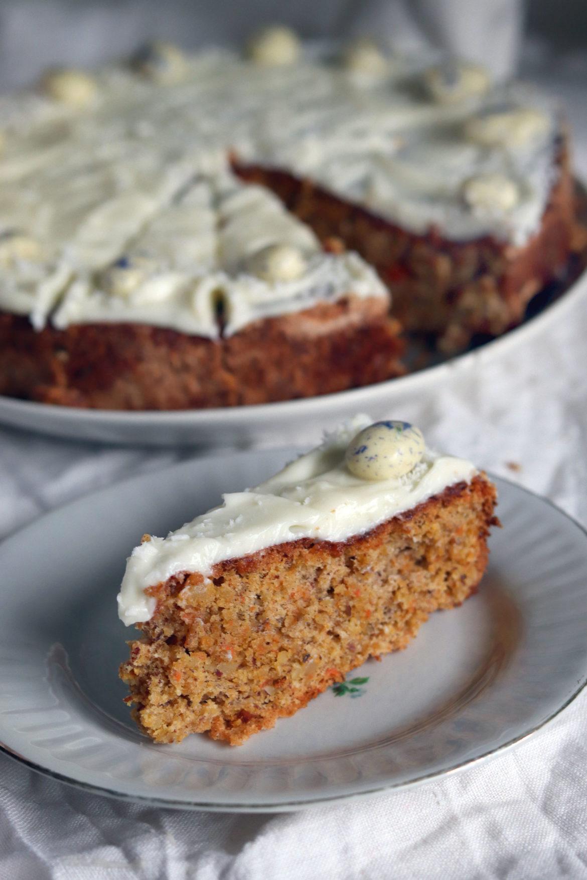 Saftiger Osterkuchen. Rezept Rüblikuchen Karottenkuchen Möhrenkuchen mit Mandeln und Dinkelmehl. Rezept ausprobieren.