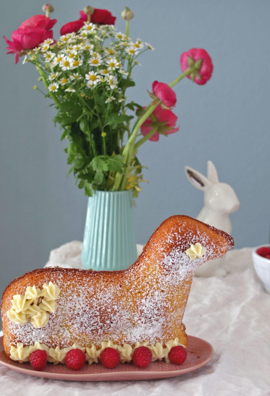 Osterlamm Rezept: Ein saftiges Osterlamm backen. Probier mein Rezept für ein Osterlamm aus Biskuitteig aus. Einfaches Osterlamm backen mit leckerer Deko aus Schokolade und Früchten. #ostern #osterrezept #osterlamm #osterbrunch