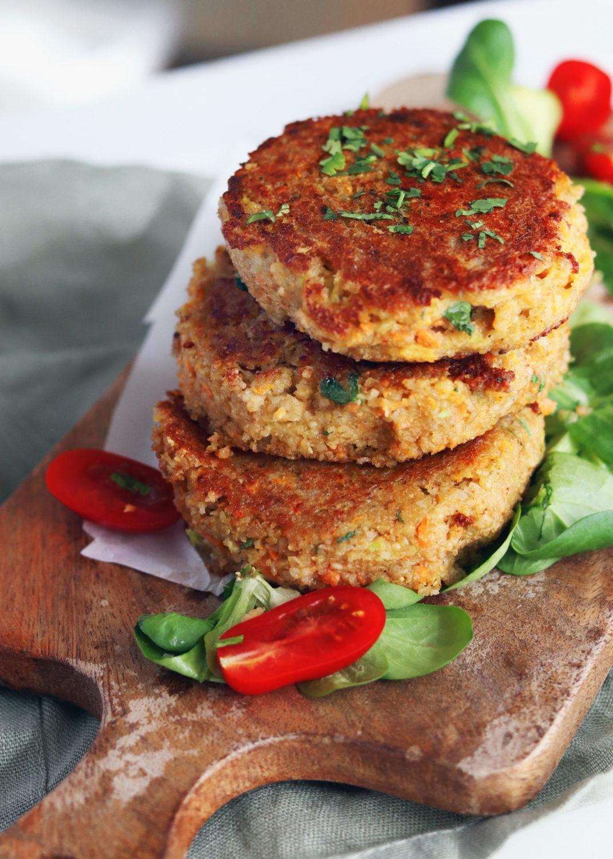 Rezept saftige Grünkernbratlinge. Ein einfaches Rezept mit Grünkern ideales vegetarisches Rezept für Burger. Rezept Bratlinge aus Grünkern.Vegetarische einfache Bratlinge.