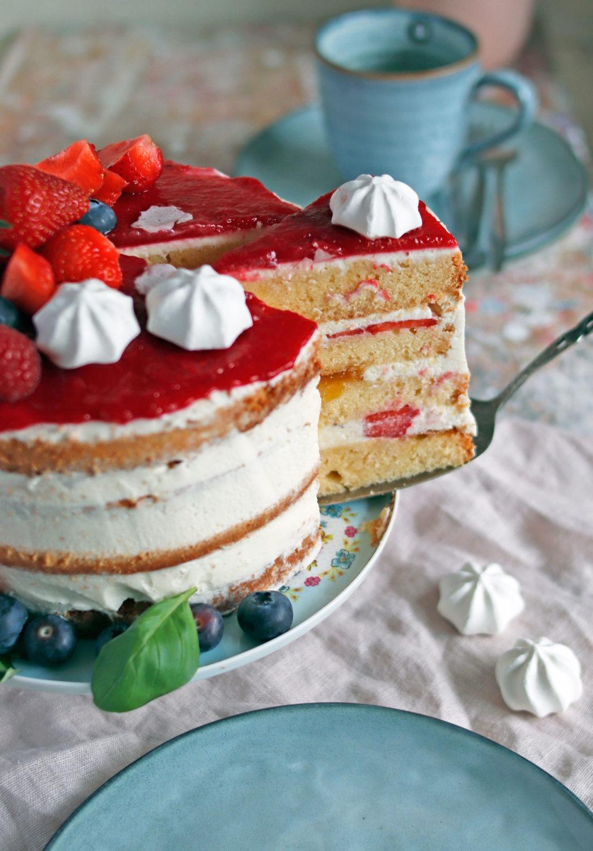 Rezept Erdbeertorte mit Mascarpone und saftigter Füllung. Semi naked cake mit Beeren für Hochzeit.