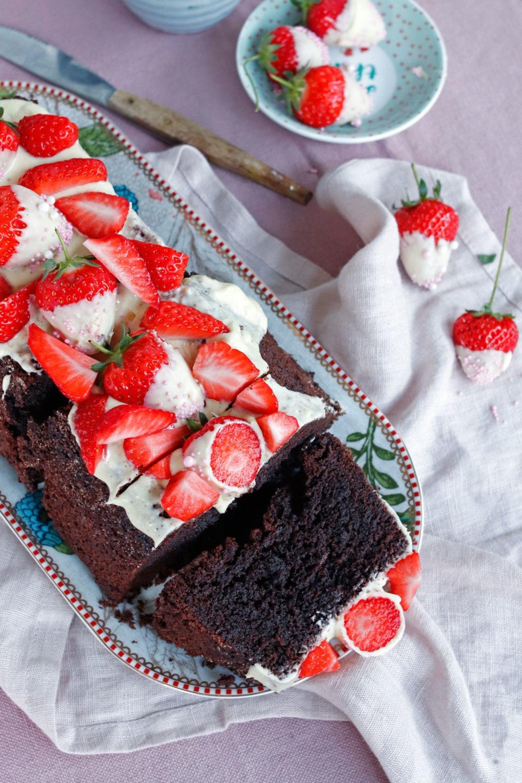Rezept saftiger Schokoladenkuchen für Kastenform. Schokoladenkuchen mit Erdbeeren. Schokoladenerdbeeren und Erdbeerkuchen. Mit weißer Schokolade.