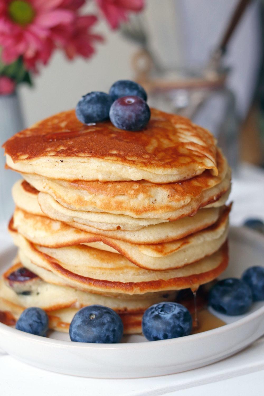 Rezept Blaubeerpfannkuchen. Grundrezept Pancakes. Pancakes mit Blaubeeren und anderen Früchten. Fluffige Pancakes.