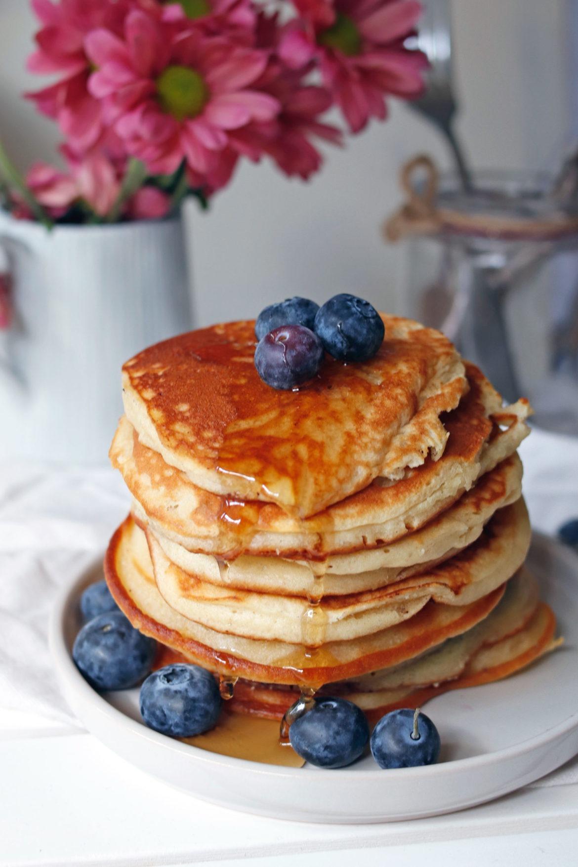 Rezept Blaubeerpfannkuchen. Grundrezept Pancakes. Pancakes mit Blaubeeren und anderen Früchten.