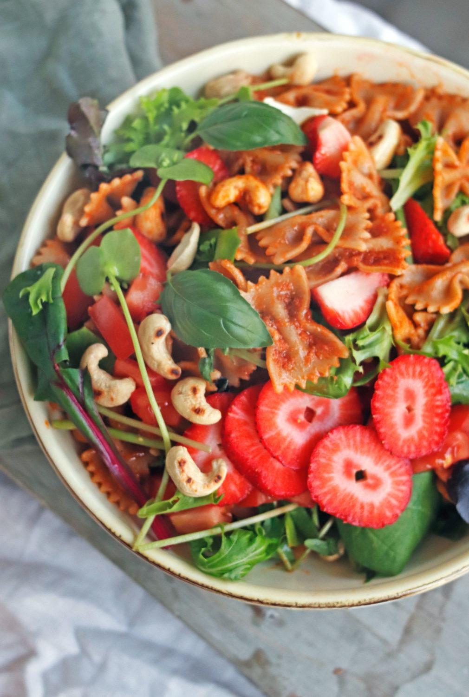 Bunter Sommersalat mit Erdbeeren. Schneller Grillsalat mit Nudeln und Pesto. Nudelsalat mit Pesto. Rezept ausprobieren.